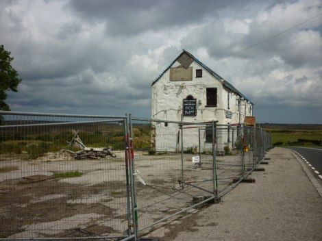 Der Saltersgate Inn an der A169 heute.   © Copyright Ian S and   licensed for reuse under this Creative Commons Licence.