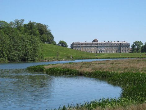 Petworth House und er von Capability Brown angelegte See.    © Copyright Stephen Craven and   licensed for reuse under this Creative Commons Licence.