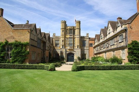 Coughton Court in Warwickshire. Hier kann man sich das Dinnerjackett Sir Henry Throckmortons ansehen.    © Copyright Richard Croft and   licensed for reuse under this Creative Commons Licence.