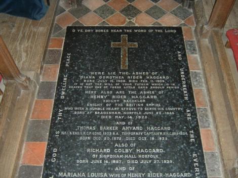 Rider Haggards Grabplatte in der Kirche St Mary's in Ditchingham. Copyright: Literary Norfolk.