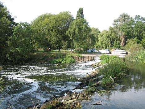 Hier, an der Schleuse in Luddington, mussten wir wegen Hochwassers eine Zwangspause einlegen.   © Copyright Dave Bushell and   licensed for reuse under this Creative Commons Licence.
