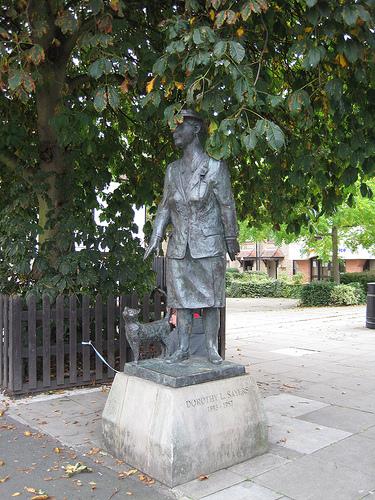 Dorothy L. Sayers' Bronzestatue gegenüber der Bibliothek. Copyright: Carol. Creative Commons 2.0