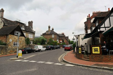 Die High Street von Cuckfield (West Sussex).    © Copyright nick macneill and   licensed for reuse under this Creative Commons Licence.