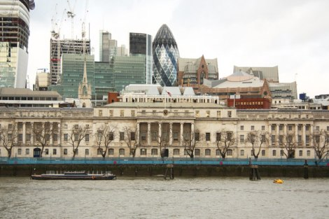 Hier am Custom House in der City of London endete William Bushs Reise. Es ist allerdings nicht mehr das gleiche wie im Jahr 1607.    © Copyright Richard Croft and   licensed for reuse under this Creative Commons Licence.