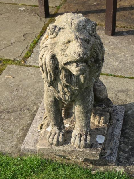 Einer der streng blickenden Löwen, die darauf achten, dass die Hotelgäste sich im Garten anständig benehmen. Eigenes Foto.