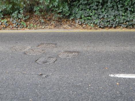 Des Autofahreres Freud: Gullydeckel zuhauf. Hier ein Beispiel aus Westerham in Kent. Eigenes Foto.
