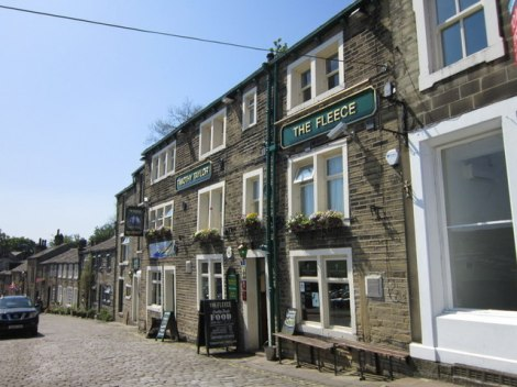 The Fleece Inn in Haworth (West Yorkshire), einer der Timothy Taylor Pubs.    © Copyright Ian S and   licensed for reuse under this Creative Commons Licence.