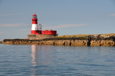 Das Langstone Lighthouse auf den Farne Islands.    © Copyright Jim Barton and   licensed for reuse under this Creative Commons Licence.