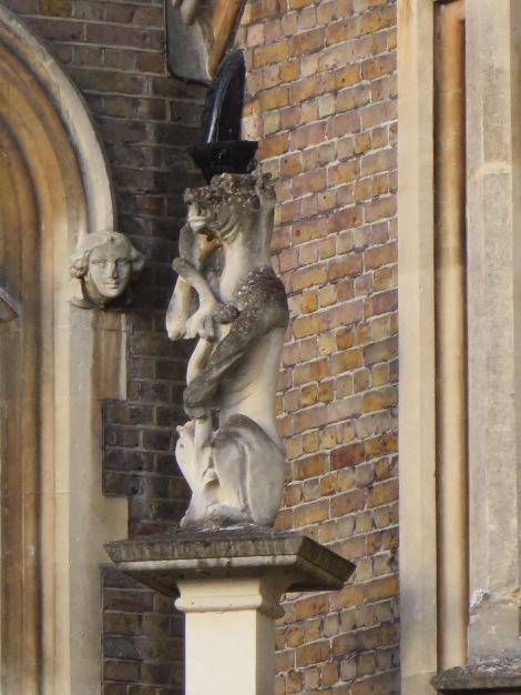 Eine der vielen gruseligen Steinfiguren am Hotel. Eigenes Foto.
