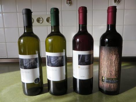 Das Weinsortiment von Setley Ridge (nur der Rosé fehlt), das ich mir mitgebracht habe. Eigenes Foto.