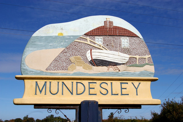 Das Dorfschild von Mundesley in Norfolk, made by Harrx Carter.   © Copyright Christine Matthews and   licensed for reuse under this Creative Commons Licence.