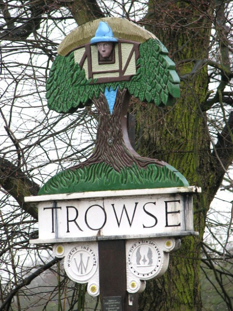 Das Dorfschild von Trowse in Norfolk; ursprünglich von Harry Carter entworfen, aber inzwischen mehrfach umgestaltet.    © Copyright Evelyn Simak and   licensed for reuse under this Creative Commons Licence.