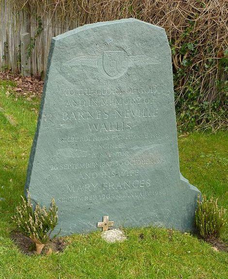 Das Grab von Barnes Wallis auf dem Friedhof von St James in Effingham (Surrey). Author: Deeday-UK. This file is licensed under the Creative Commons Attribution-Share Alike 3.0 Unported license.