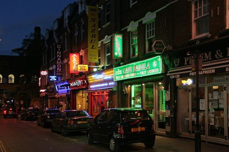 Restaurants in der Londoner Brick Lane. Author: ahisgett. This file is licensed under the Creative Commons Attribution 2.0 Generic license.  This file is licensed under the Creative Commons Attribution 2.0 Generic license.  This file is licensed under the Creative Commons Attribution 2.0 Generic license.  This file is licensed under the Creative Commons Attribution 2.0 Generic license.
