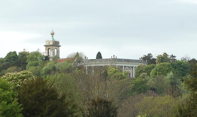 Die Kirche St Lawrence und das Mausoleum oberhalb von West Wycombe Park wie man es zu Beginn des Videos sehen kann. Author: John Griffiths. This file is licensed under the Creative Commons Attribution-Share Alike 2.0 Generic license.