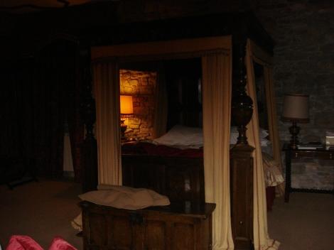 Das Himmelbett in unserer Plantagenet Suite; hier ist es besonders gemütlich, wenn es draußen stürmt und schneit.