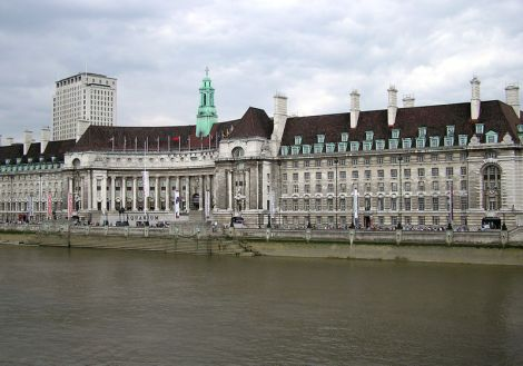 Londons County Hall, in der man den London Dungeon und London's Death Trap findet. This work has been released into the public domain.