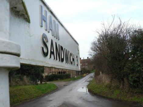 """Der kuriose Wegweiser, der zum """"Ham Sandwich"""" führt.   © Copyright Chris Downer and   licensed for reuse under this Creative Commons Licence."""