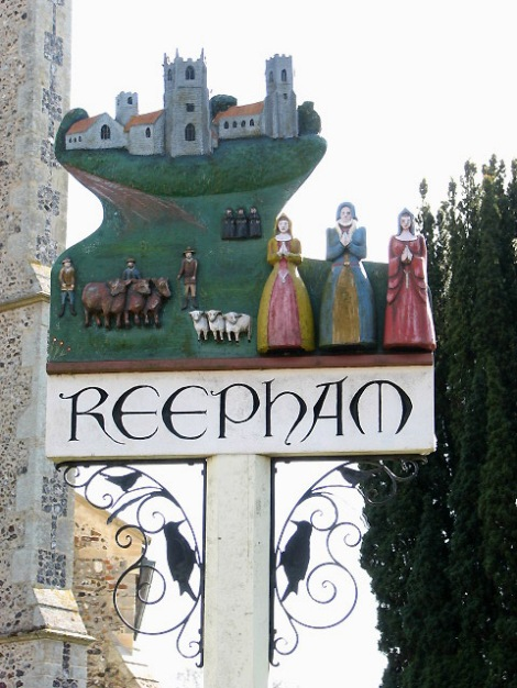 Das Village Sign von Reepham, das die drei Kirchen zeigt.    © Copyright Evelyn Simak and   licensed for reuse under this Creative Commons Licence.