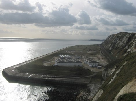 Samphire Hoe mit den Entlüftungsanlagen für den Eurotunnel vorn.    © Copyright David Anstiss and   licensed for reuse under this Creative Commons Licence.