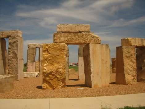 Stonehenge auf dem Campus der University of Texas in Odessa. Author: Billy Hathorn. This file is licensed under the Creative Commons Attribution-Share Alike 3.0 Unported license.