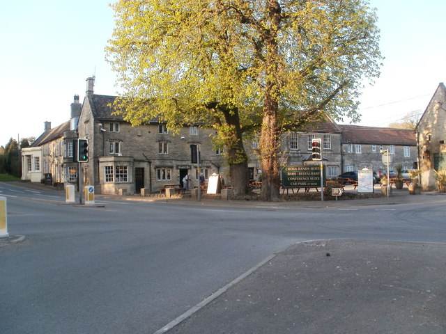 The Cross Hands Hotel bei Old Sodbury.   © Copyright Mike Faherty and   licensed for reuse under this Creative Commons Licence.