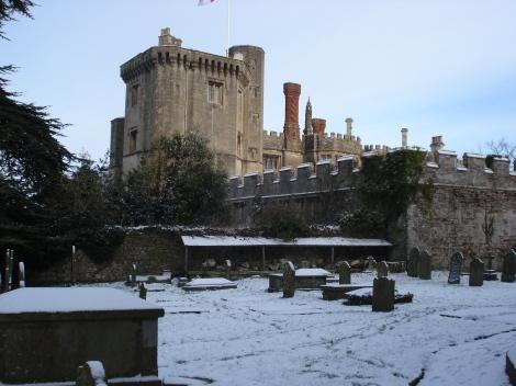 Der Kirchhof von St Mary's mit dem Thornbury Castle im Hintergrund. Eigenes Foto.