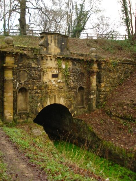 Hier fährt schon lange kein Schiff mehr durch: Der Eingang zum Sapperton-Tunnel beim Tunnel House Inn. Eigenes Foto.