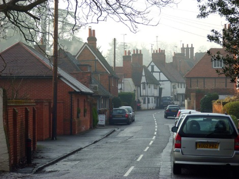 Die Pearson Road in Sonning; links The Old Forge, die als Redaktion für Midsomer Mercury dient.    © Copyright Andrew Smith and   licensed for reuse under this Creative Commons Licence.