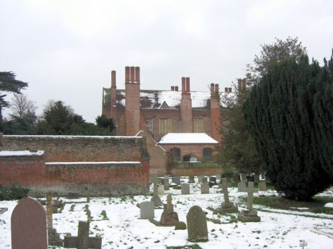 Mapledurham House un der Kirchhof von St Margaret.    © Copyright Stuart Logan and   licensed for reuse under this Creative Commons Licence.