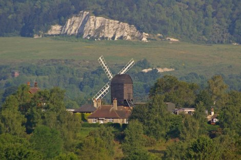 Die Windmühle inmitten der Heidelandschaft bei Reigate.    © Copyright Ian Capper and   licensed for reuse under this Creative Commons Licence.