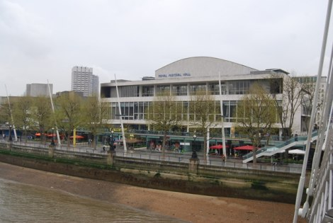 Die Royal Festival Hall am Südufer der Themse in London.    © Copyright N Chadwick and   licensed for reuse under this Creative Commons Licence.
