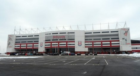 "Das Britannia Stadium in Stoke-on-Trent; hier erschallen noch immer die Fangesänge nach Jackie Trents Song ""I'll Be With You"".    © Copyright Anthony Parkes and   licensed for reuse under this Creative Commons Licence."