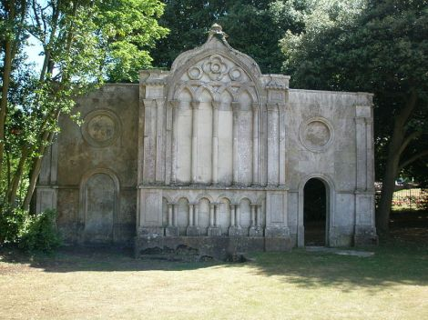 Das Mausoleum in den Priory Gardens von Christchurch. This work is released into the public domain.