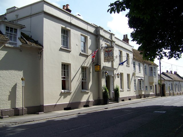 The Antrobus Arms Hotel in der Church Street von Amesbury.   © Copyright Maigheach-gheal and   licensed for reuse under this Creative Commons Licence.