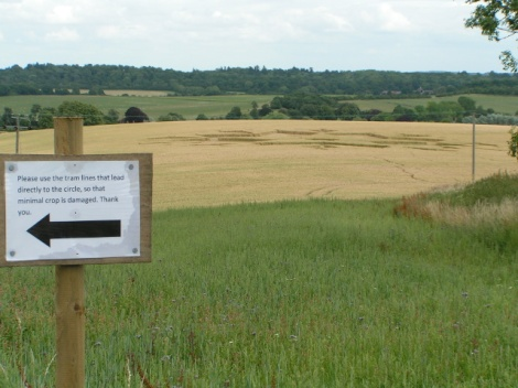 Ein Kornkreis bei Chisbury in Wiltshire mit einem Verhaltenshinweis des Farmers.   © Copyright Rob Purvis and   licensed for reuse under this Creative Commons Licence.