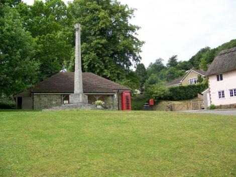 Das Village Greenvon East Knoyle mit Kriegerdenkmal und dahinter Wren's Shop.   © Copyright Miss Steel and   licensed for reuse under this Creative Commons Licence.