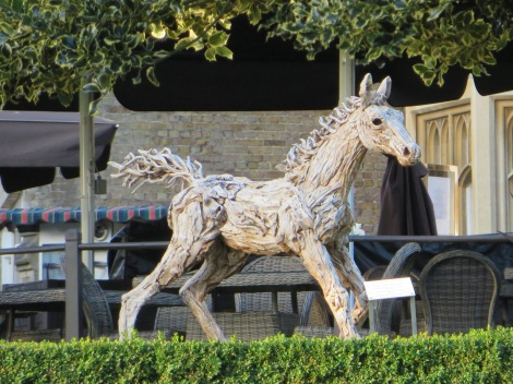 The Foal at Canter von James Doran Webb im Park des Oakley Court Hotels. Eigenes Foto.
