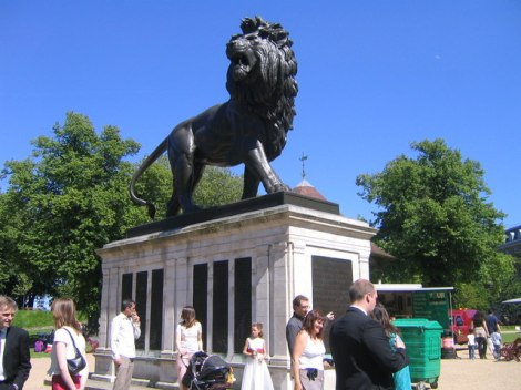 Der Maiwand Lion in den Forbury Gardens in Reading (Berkshire).    © Copyright Kevin Young and   licensed for reuse under this Creative Commons Licence.