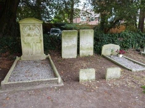 Die Gräber von Rosalie (links) und Harry Gordon Selfridge (rechts) auf dem Friedhof von St Mark's in Highcliffe (Dorset).   © Copyright Anthony Parkes and   licensed for reuse under this Creative Commons Licence.