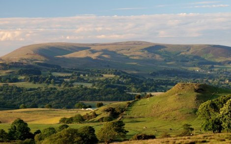 Der Berg der Hexen, der Pendle Hill in Lancashire.   © Copyright Steve Houldsworth and   licensed for reuse under this Creative Commons Licence.
