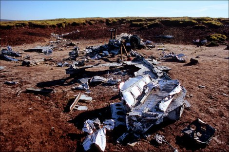 Die Überreste des abgestürzten Bombers auf dem Bleaklow im Peak District.   © Copyright ron layters and   licensed for reuse under this Creative Commons Licence.