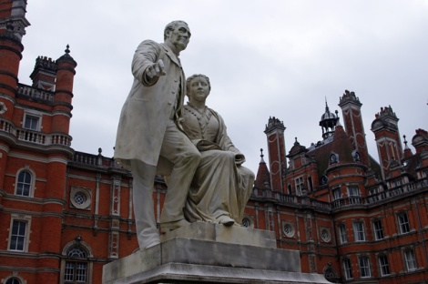 Thomas und Jane Holloway im Innenhof des Royal Holloway Colleges.  © Copyright Ian Taylor and licensed for reuse under this Creative Commons Licence.