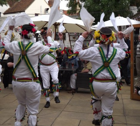 Die Abingdon Traditional Morris Dancers bei der Arbeit.   © Copyright Colin Smith and licensed for reuse under this Creative Commons Licence.