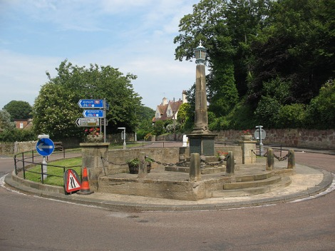 Ein Kriegerdenkmal auf einem Roundabout in Alnmouth (Northumberland).   © Copyright Stephen Craven and licensed for reuse under this Creative Commons Licence.