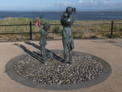 "Die ""Welcome Home""-Statue an der Promenade von Fleetwood.   © Copyright Barbara Carr and licensed for reuse under this Creative Commons Licence."