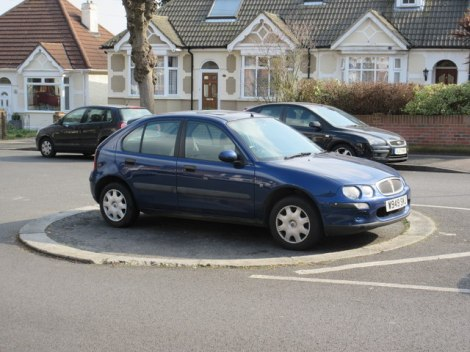 Ein Mini-Roundabout, der gleichzeitig als Parkplatz dient bei Gillingham (Kent).   © Copyright David Anstiss and licensed for reuse under this Creative Commons Licence.