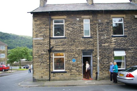 Das Geburtshaus von Ted Hughes in Mytholmroyd (West Yoerkshire).   © Copyright Phil Champion and licensed for reuse under this Creative Commons Licence.