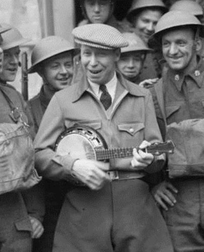 George Formby, der Mann mit der Ukulele. This artistic work created by the United Kingdom Government is in the public Domain.