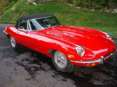 Ein Jaguar E-Type. Author: Brooksbro 69. This file is licensed under the Creative Commons Attribution-Share Alike 3.0 Unported license